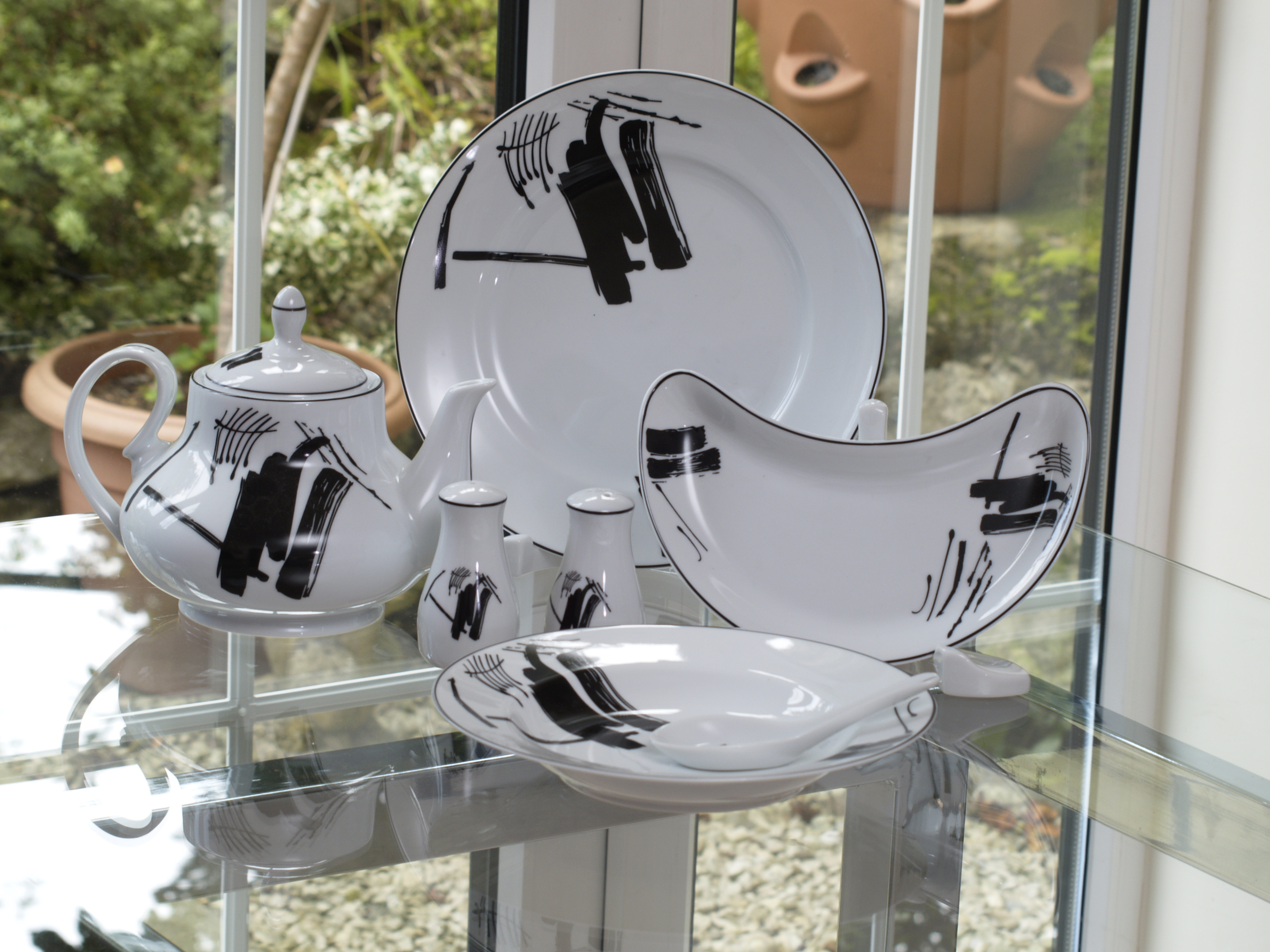ABSTRACT 96 PIECE DINNER SERVICE